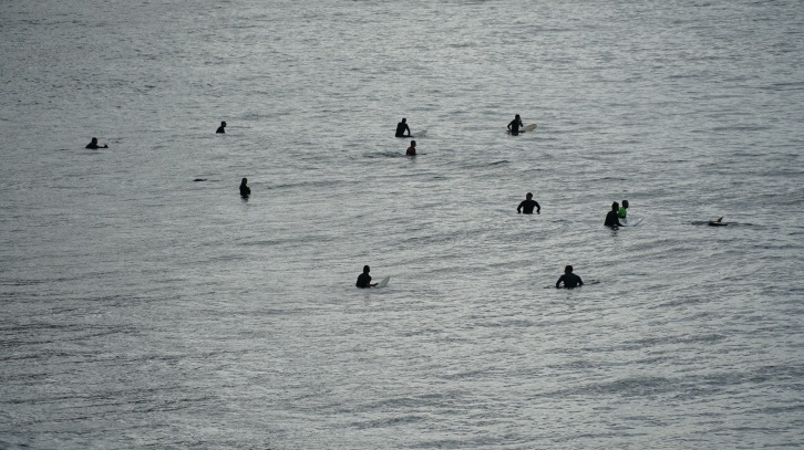surfers-waiting-for-the-wave